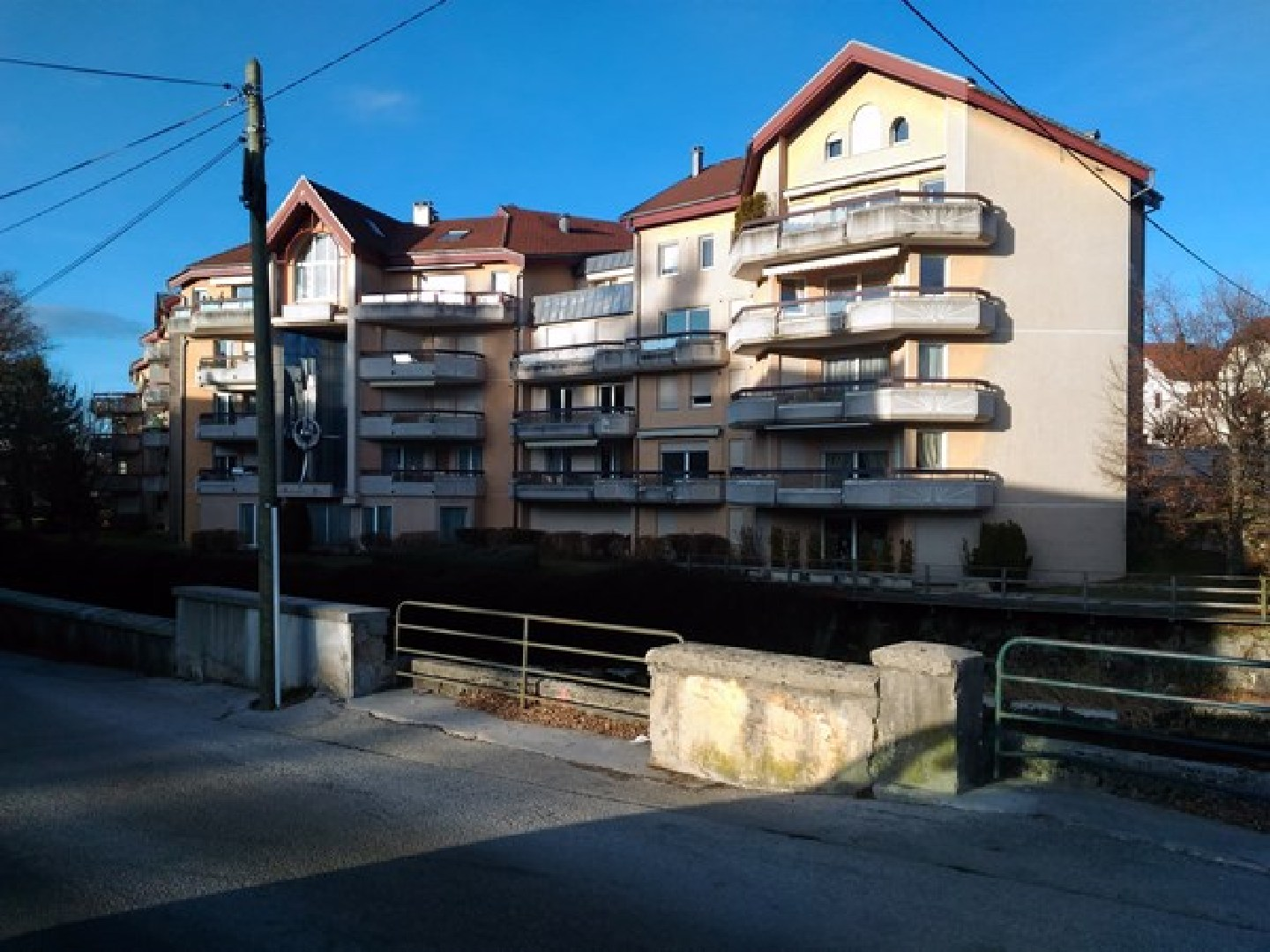 Location appartement f3 avec balcon cuisine int gr e et for Garage ford pontarlier 25300